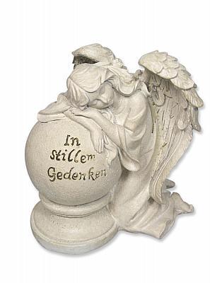 Schutzengel trauernd an Kugel 'In stillem Gedenken'