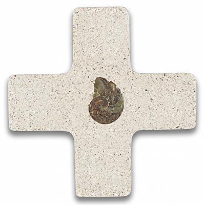 Kreuz aus Gußstein mit Ammonit